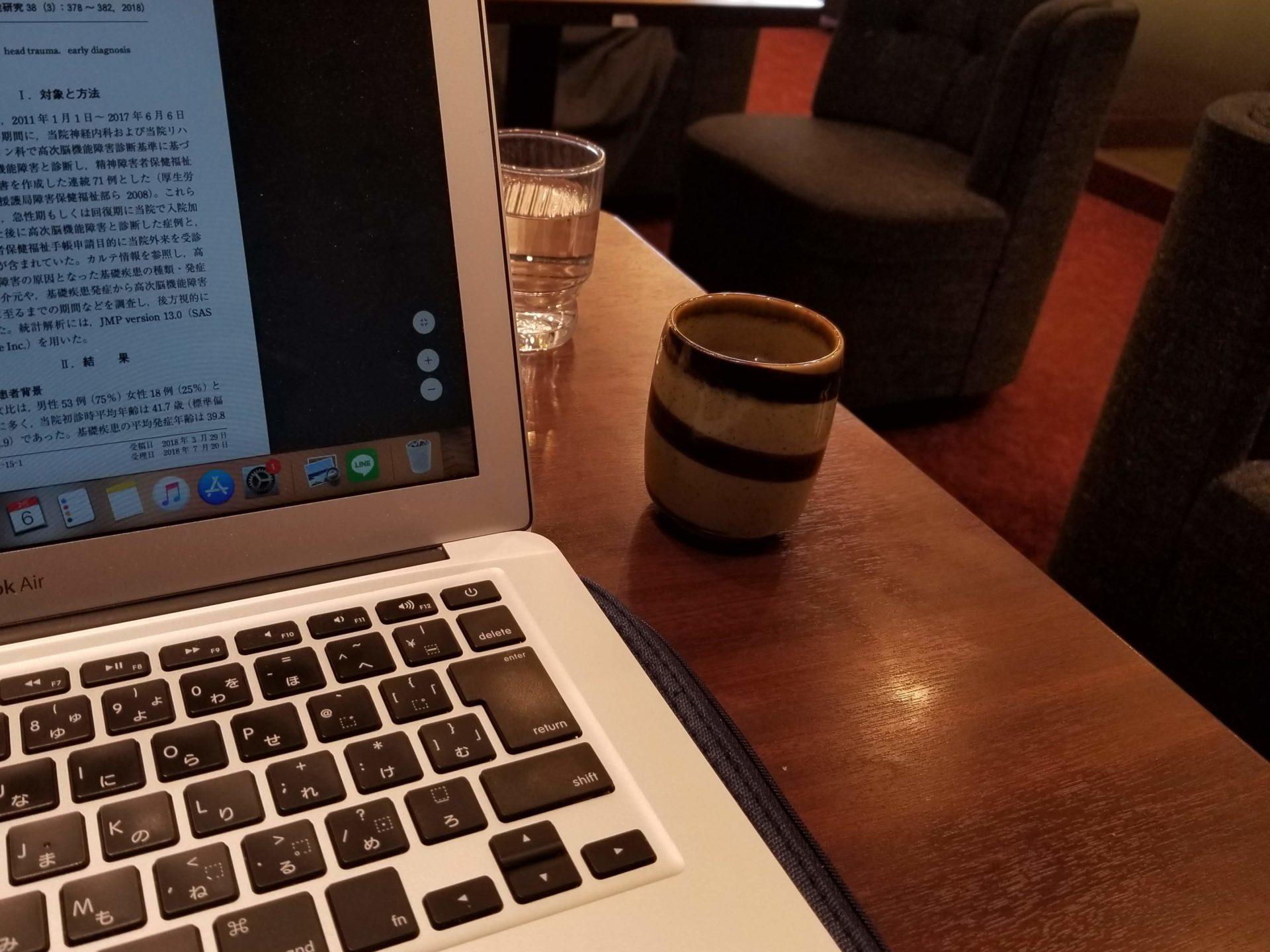 ルノアールでパソコンを開く画像