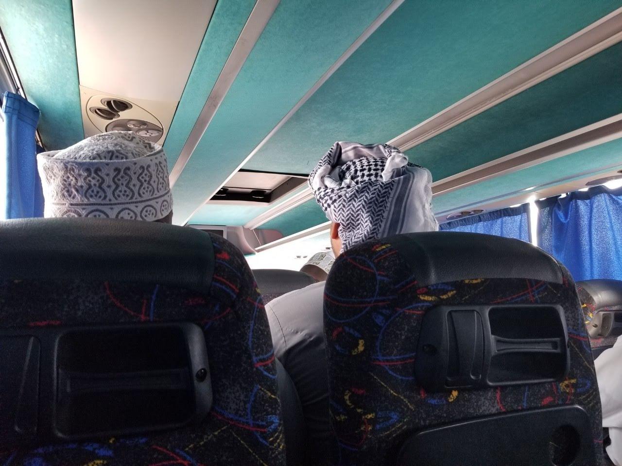 バスに乗るオマーン人