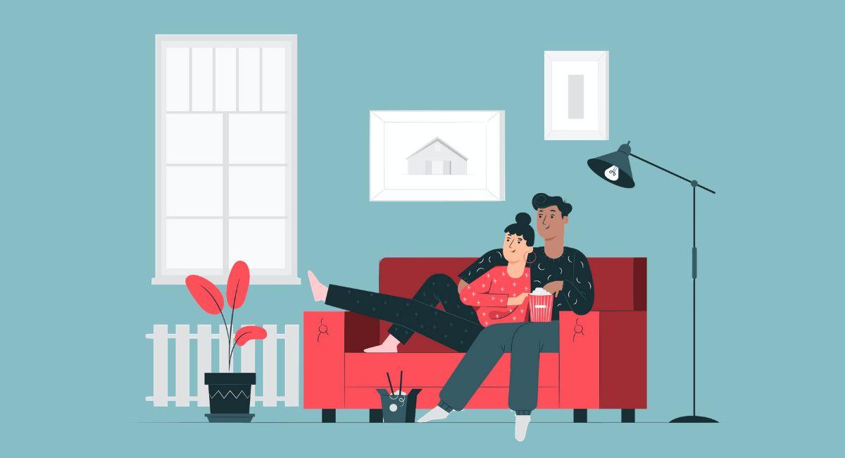 ソファでテレビを見る男女
